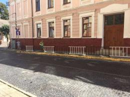 У Чернівцях біля ліцею №1 встановили огородження вздовж тротуару