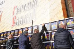 На Центральній площі у Чернівцях встановили меморіальну дошку загиблим воїнам АТО (фото)