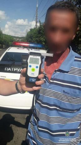 У Чернівцях патрульні затримали п'яного водія ВАЗу (фото)