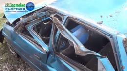 На Буковині автівка під час руху перекинулась кілька разів, потрапивши в яму (відео)