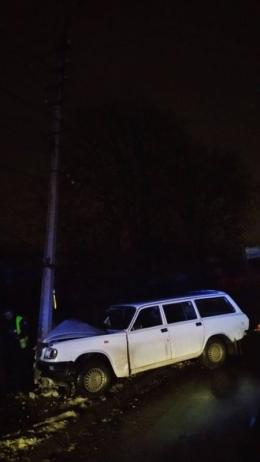 У Чернівцях п'яний водій врізався в електроопору (фото)