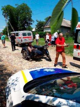 """На Хотинщині мотоцикліст врізався у припаркований """"Мерседес"""""""