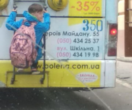 У Чернівцях хлопчик катався, зачепившись за тролейбус