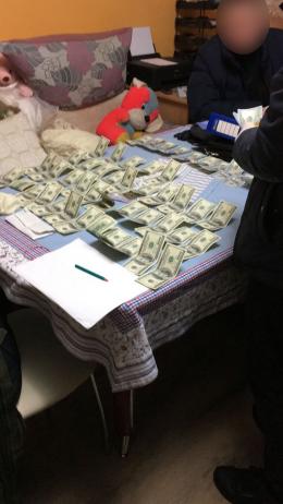 Адвокат Ради адвокатів Чернівецької області погорів на хабарі в 6000 доларів США (