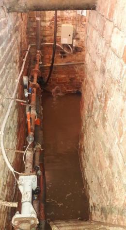 В Чернівцях залило підвал багатоповерхівки через прорив труби