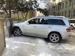 """У центрі Чернівців п'яний водій на """"Мерседесі"""" врізався в огорожу"""