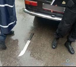 У Чернівцях поліція затримала чоловіка з наркотиками і мачете (фото)