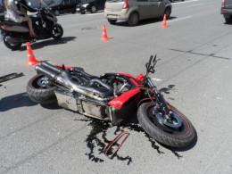 """На дорозі """"Житомир - Чернівці"""" мотоцикліст в'їхав у припарковане на узбіччі авто"""