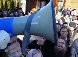 На Буковині віряни РПЦ перешкоджали журналістці, поліція розслідує інцидент (відео)
