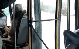Маршрутка у Чернівцях перевозила пасажирів з відчиненими дверима (відео)