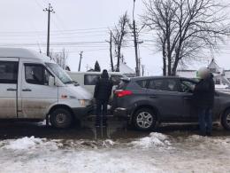 На Буковині п'яний водій мікроавтобуса у Мамаївцях врізався в«Тойоту»