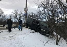 У Сторожинці п'яний водій мікроавтобуса злетів з дороги та пошкодив газопровід (фото)