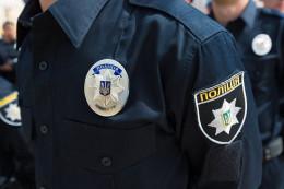 Патрульні затримали зловмисника, який пошкодив ролети та пограбував магазин у Чернівцях