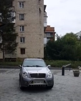 У Чернівцях шукають власника авто, яке залишило без сну цілий мікрорайон (відео)