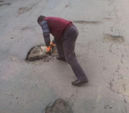 У Чернівцях водій тролейбуса самотужки взявся ремонтувати дорогу (фото)