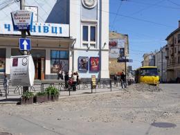 В центрі міста комунальники залишили будматеріали біля кінотеатру «Чернівці» (фото)