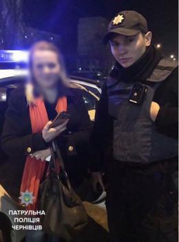 У Чернівцях патрульні знайшли таксі, в якому дівчина загубила телефон