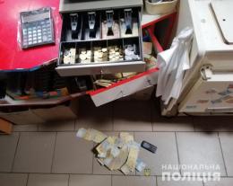 У Коровії двоє молодиків вкрали гроші з каси магазину