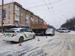 На проспекті Незалежності у Чернівцях зіштовхнулися вантажівка і легковик