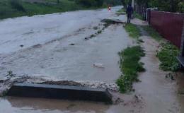 У Сторожинці злива підтопила дорогу, вулицею стікає річка (фото)