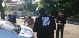 У центрі Чернівців затримали на хабарі прикордонника (фото)