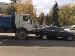 У Чернівцях на Героїв Майдану КамАЗ врізався у легковик