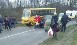 На Буковині легковик в'їхав у шкільний автобус (фото)
