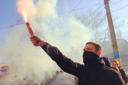 """У Чернівцях активісти з фаєрами пікетували відділення """"Сбербанку""""  (фото)"""