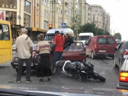 У Чернівцях легковик зіткнувся з мотоциклом, без постраждалих (відео)