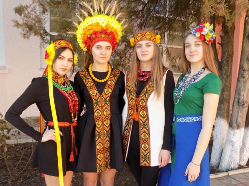 На Буковині презентували найкращі вишиванки (фото) - Буковинська ... 16f7cec5e3670