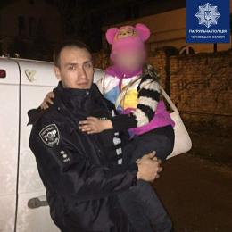 У Чернівцях патрульні доставили додому дівчинку, котра заблукала