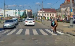 У Чернівцях водій вийшов з авто, щоб перевести дідуся через дорогу (фото)