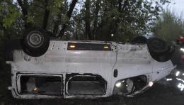 """У Чернівцях в районі ТЦ """"Епіцентр"""" перекинувся мікроавтобус Opel Vivaro"""