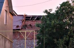 На Буковині негода наробила шкоди: вітер ламав дерева та знімав дахи з будинків