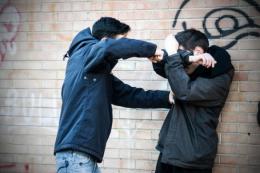 Молодик із Чернівців побив однолітка в нічному клубі та втік за кордон