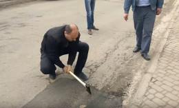 На Буковині чиновники руками зривали недавно покладений асфальт