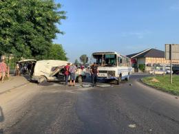 На кільці у селі Мамаївці Volkswagen Transporter врізався в маршрутку, є постраждалі