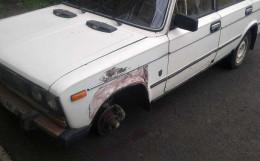 На Буковині злодії зняли і викрали два колеса з Жигуля