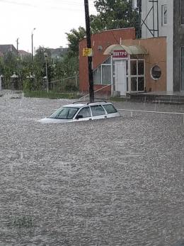 На Буковині раптова злива затопила вулиці Новодністровська (фото)