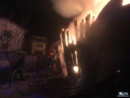 У масштабній нічній пожежі в Кіцмані згорів мікроавтобус