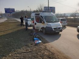 """У Чернівцях легковик біля """"Калинки"""" збив велосипедиста, постраждалого госпіталізували (фото)"""