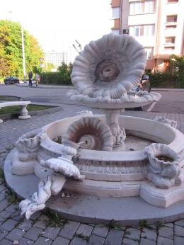 У Чернівцях вандали розбили фонтан на розі Воробкевича та Ентузіастів (фото)