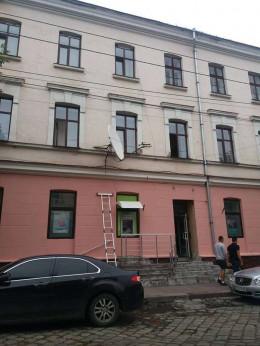 У Чернівцях фасади будівель очищують від супутникових антен