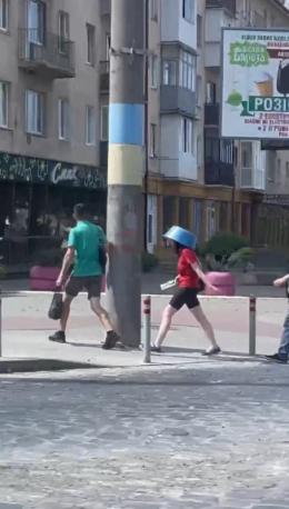 У Чернівцях жінка рятуючись від спеки одягнула миску на голову