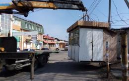 У Чернівцях примусово демонтують шість незаконних кіосків