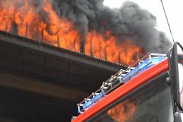 """У Чернівцях масштабну пожежу на """"Розмі"""" гасили три години (фото)"""
