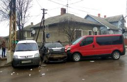 На Буковині зіткнулися три автомобілі, один з водіїв травмований (фото)