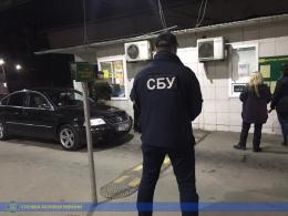 На Буковині затримали митника, який зібрав понад 3 млн «данини» з «євроблях»