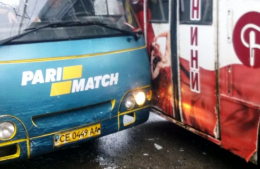 У Чернівцях на Героїв Майдану не розминулися маршрутка та тролейбус