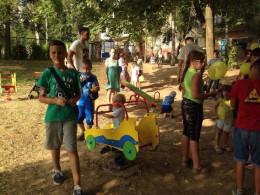 У Чернівцях жителі відкрили дитячий майданчик (фото)